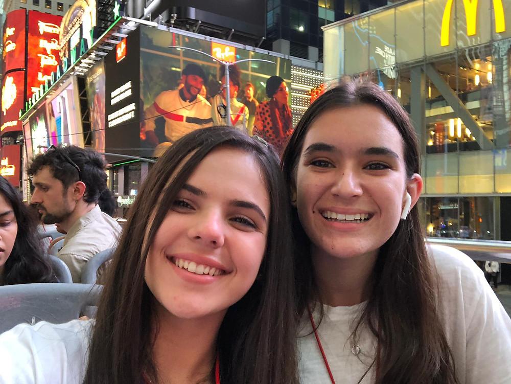 Con una compañera Fellow durante el tour por NY