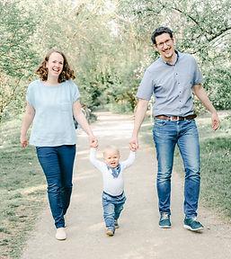 Familienbild Paar mit Kind an der Hand Foto  von Felicitas von Imhoff Fotografie