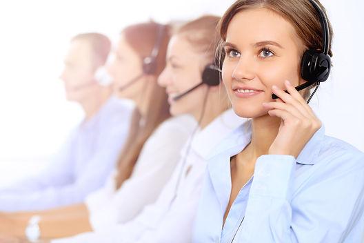 Junge Frau im Call Center.jpg