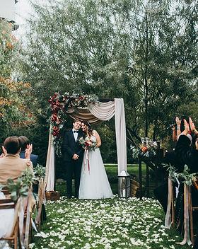 Freie Trauung Brandenburg Brautpaar vor Traubogen