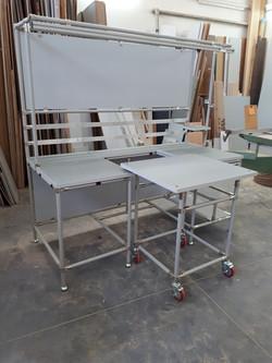עגלה משתלבת לתוך שולחן