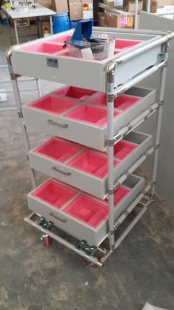 עגלה עם מגירות תאים