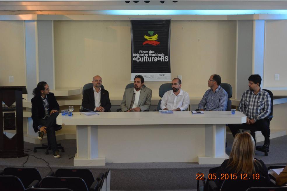 Mesa redonda e debate em Farroupilha RS
