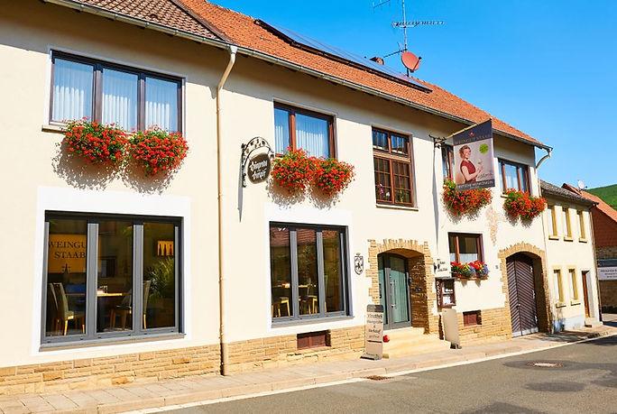 Vinotek Winzerhaus Weingut mit Vinothek geöffnet von Montag bis Freitag von 9-18 Uhr