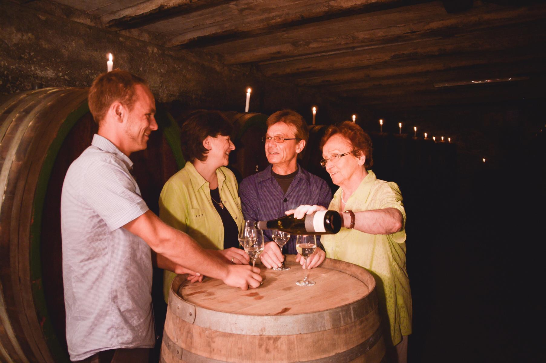 Winzerfamilie im Weinkeller