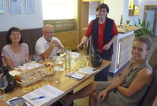 Weinprobe Kummer mit Katha2 klein.JPG