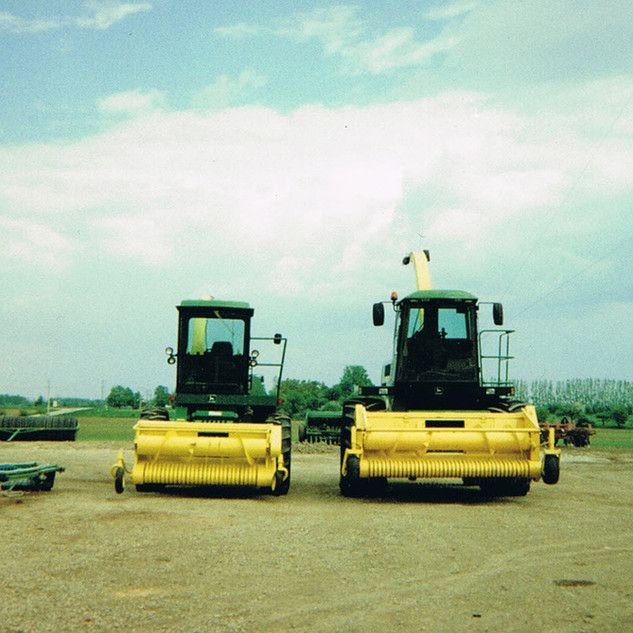 2 self-propelled harvesters
