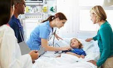 Foreldre og barn sammen med sykehusansat