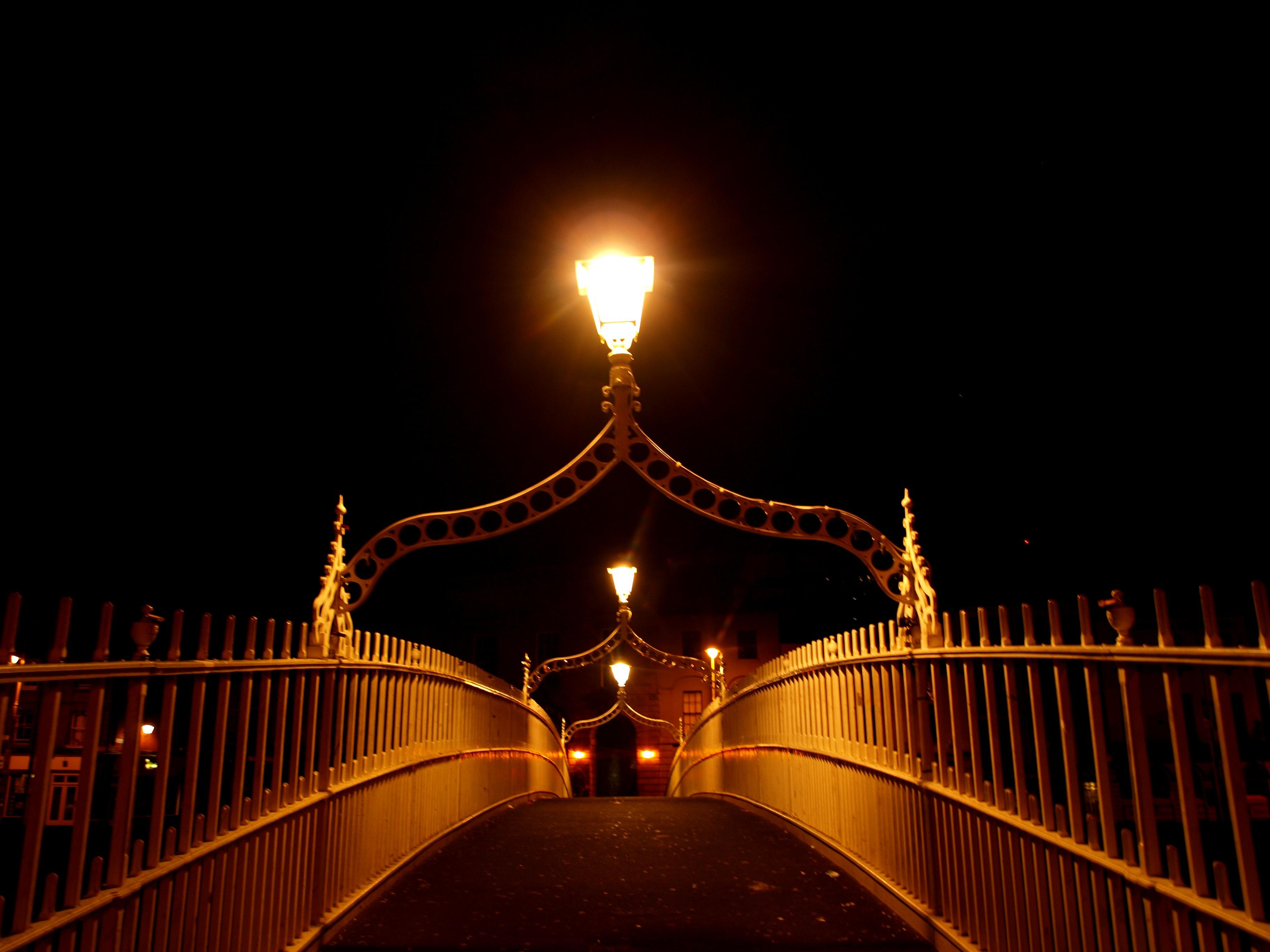 Irische Brücke bei Nacht