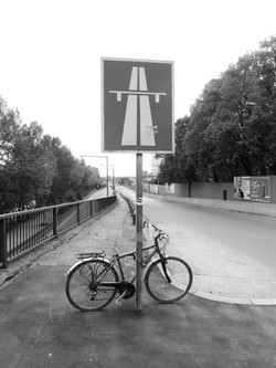 Fahrrad an Autobahnschild