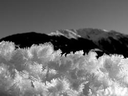 Berg mit Schneekristallen vorne