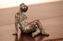 Meisje Zittend (brons)
