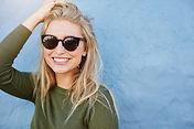 Kobieta z okularami przeciwsłonecznymi