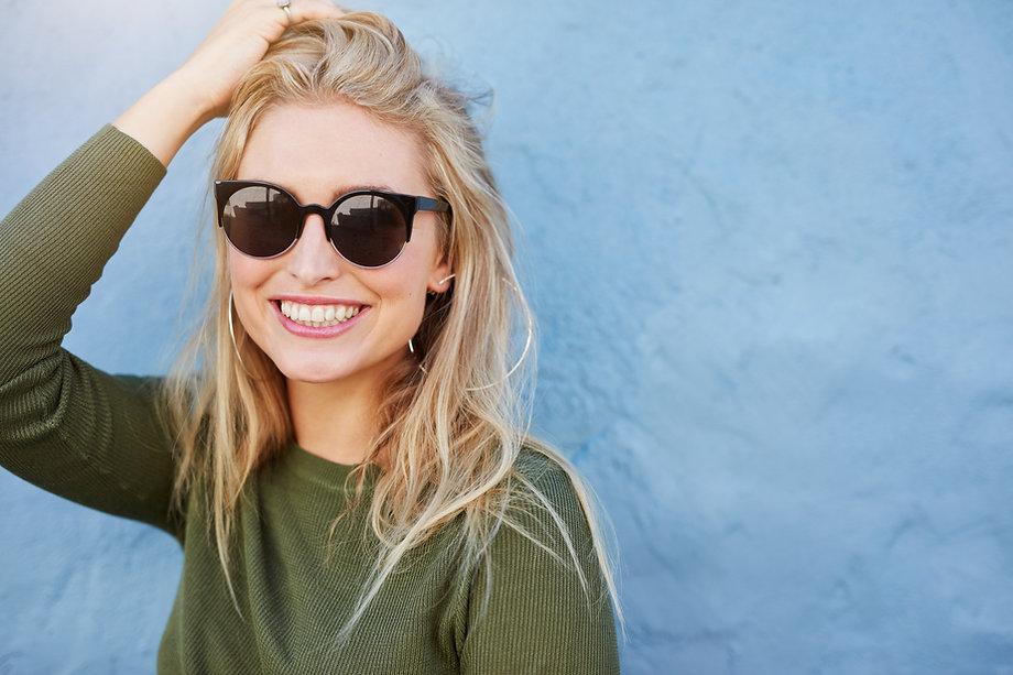 Mulher, com, óculos de sol