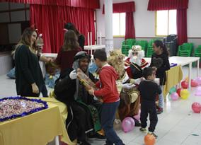 320 niños de Los Mateos reciben regalos de Reyes
