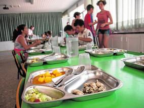 Veinte pequeños comen en julio en el colegio Aníbal