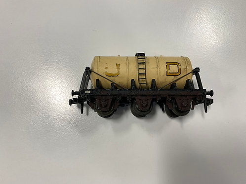 4657 UNITED DAIRIES UD TANK WAGON (plastic couplings) - DECALS PARTLY RUBBED