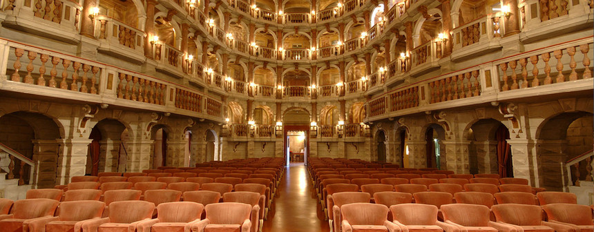 Teatro Bibiena, un delizioso teatro in legno, a forma di campana, con un acustica perfetta. Venne inaugurato nel 1770 da un concerto dell'allora quattrordicenne Wolgang Amadeus Mozart.