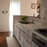 対面キッチンは広くて清潔。