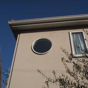 外から見た2階の円窓。外観にインパクトをもたらしています。