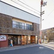 ことでん仏生山駅の改札を出るとレンガとタイル張りのお店が見えます