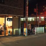 期間限定のコーヒースタンドは、電車帰りの地元の人が集まる場に