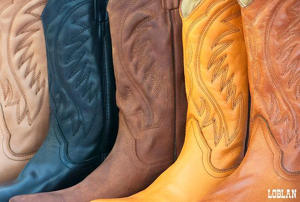 Detalles de botas de cuero texanas. Costuras hechas a mano. Construcción de botas artesanales de cuero en colores y cuero de alta calidad.