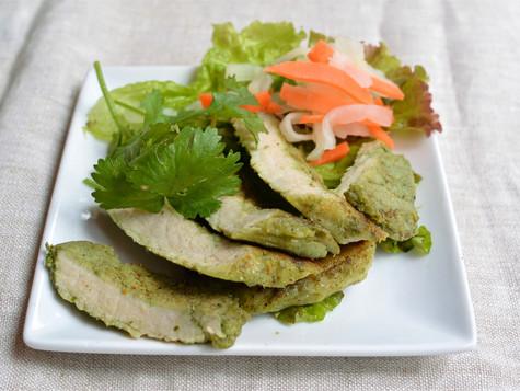 パクチーソース漬け焼き豚 Thit heo nuong sop rau mui 独自開発したパクチーソースにじっくり漬けた焼き豚です。 パクチー好きな方におすすめ♪