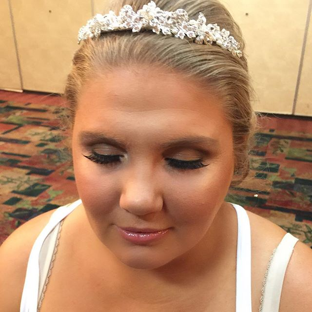 Another beautiful bride! 😍 _dinairofficial Airbrush _anastasiabeverlyhills Concealer & Contour Powd