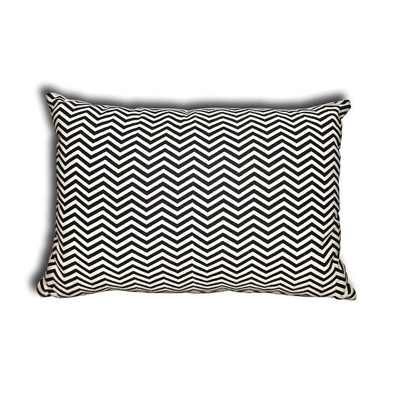 Cuscino con trama a zigzag bianco e nero.