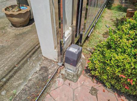 ยามบ่ายๆ อากาศเย็นสบาย ลุยงานติดตั้งประตูบานเลื่อน ให้คุณลูกค้าได้เข้า-ออกบ้านคุณ  อย่างสบาย