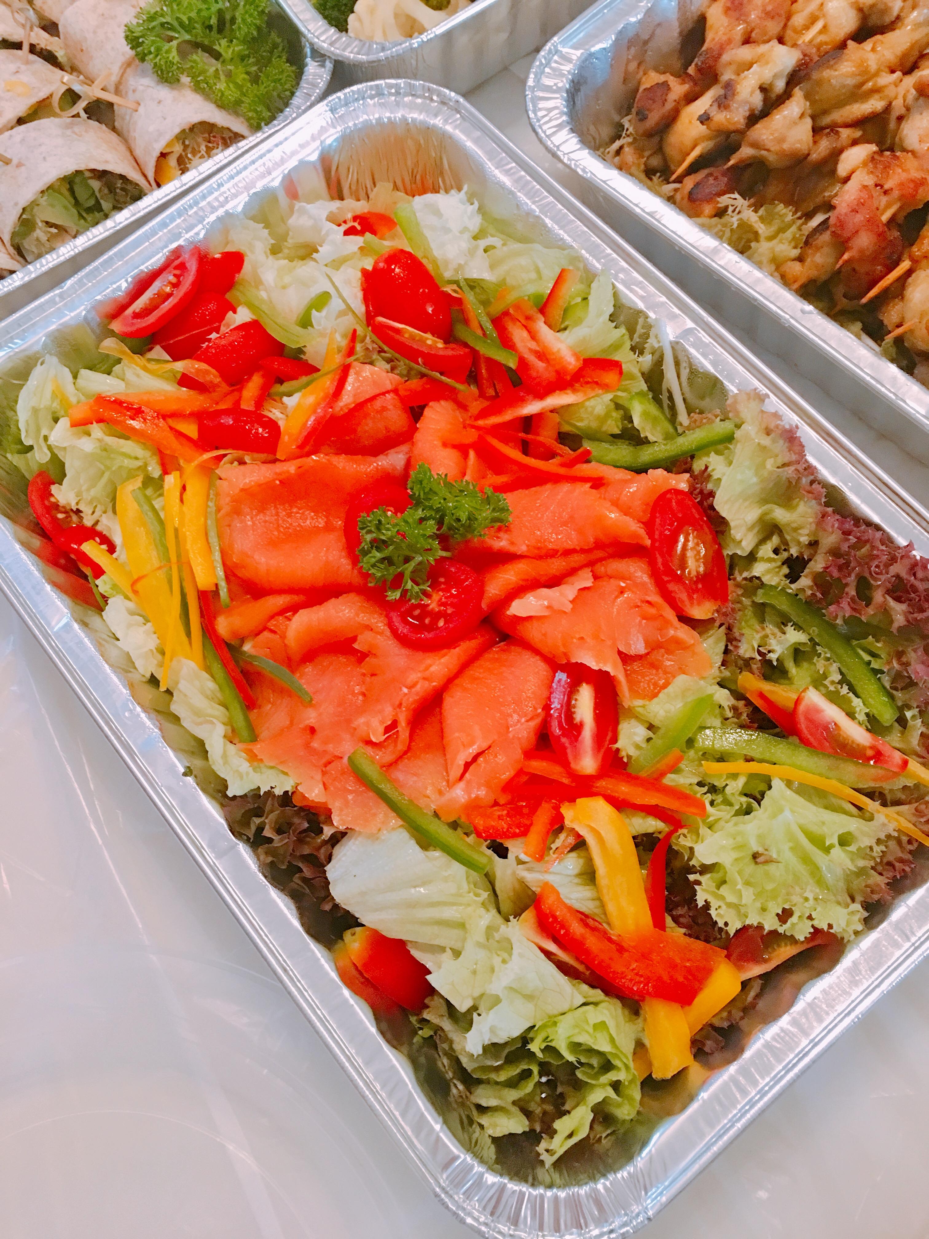 家庭聚會 - 煙三文魚野菜沙律