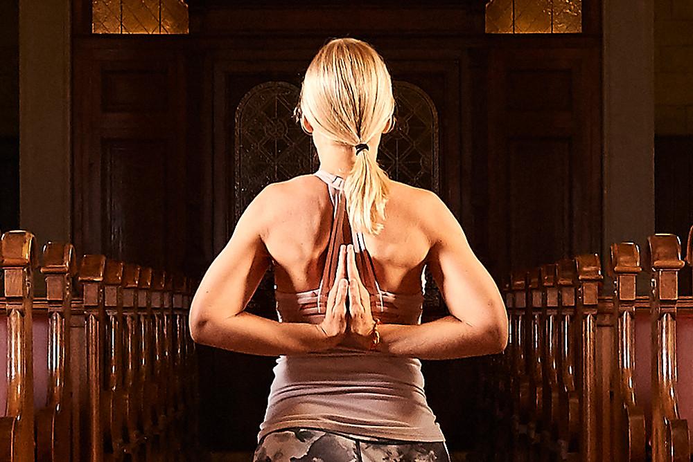 Holy Yoga findet in der Kirche Zürich statt. Man könnte also auch von Kirchenyoga in der Kirche Enge sprechen. Gemeinsam mit Susen und Andy von Yogagold sowie Pfarrer Ullrich Hossbach.