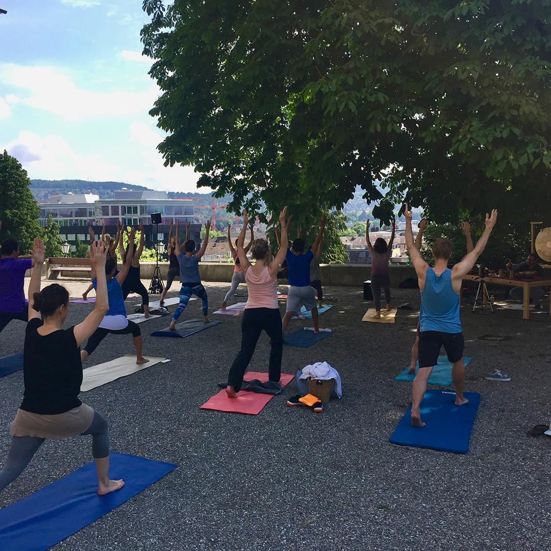 Yogalehrerin Susen von Yogagold unterrichtet Zürcher Yoginis und Yogis beim «Holy Yoga»auf der Sonnenterrasse vor der Kirche Enge.