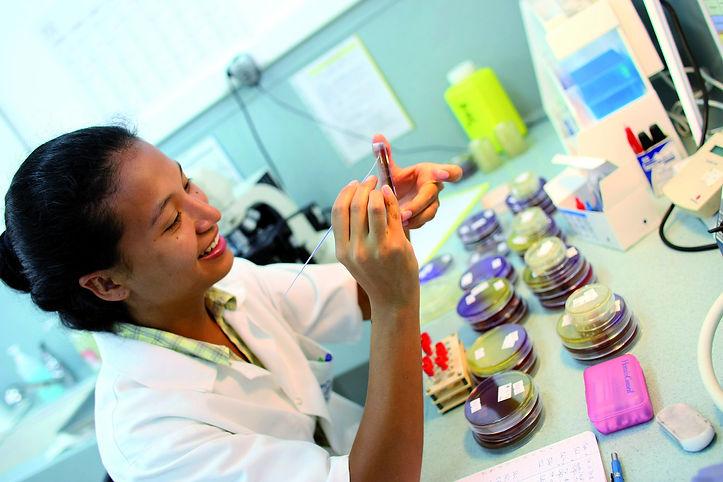 Femme polynésienne biologiste medicale à l'Institut Louis Malardé