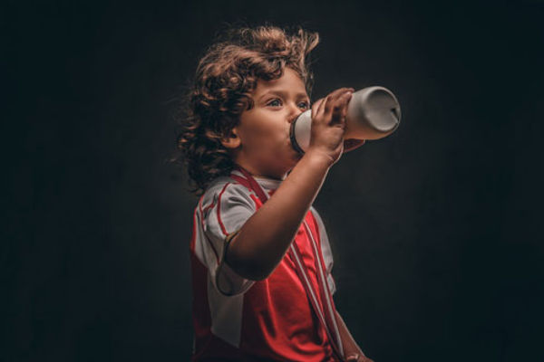 Jeune polynésien qui boit de l'eau