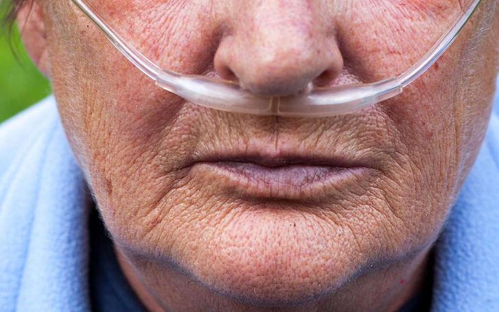 Personne agée équipée d'oxygène pour respirer -oxygénothérapie