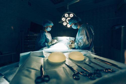 Calvitie pour les hommes et augmentation mammaire pour les femmes