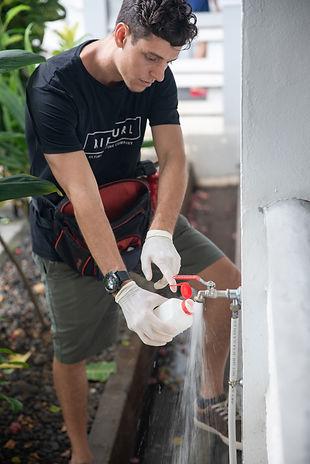 Jeune homme travaillant pour l'Hygiene biosecurite environnement