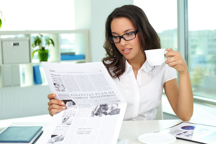 jeune polynésienne indépendante qui lit un journal