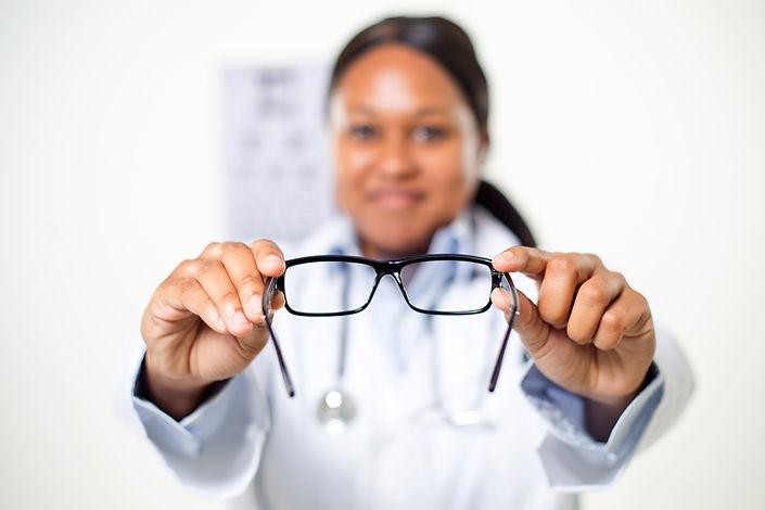 Jeune fille polynésienne opticienne