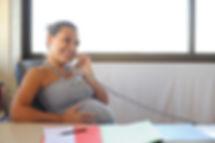 Jeune femme polynésienne enceinte qui téléphone
