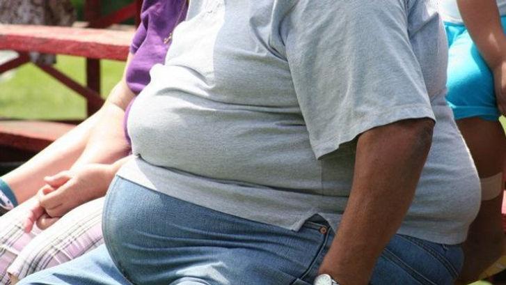 Homme obèse. Le laboratoire de recherche sur les maladies non transmissibles étudie l'origine, la nature et l'évolution des maladies dites « de civilisation » en Polynésie (obésité, maladies cardiovasculaires, endocrines ou métaboliques, cancers, maladies liées à l'environnement…).