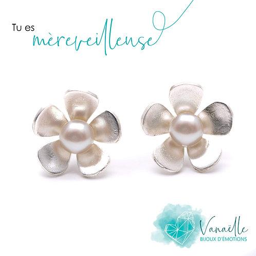 Boucles d'oreilles fleurs en argent sterling plaquées rhodium et perles blanches