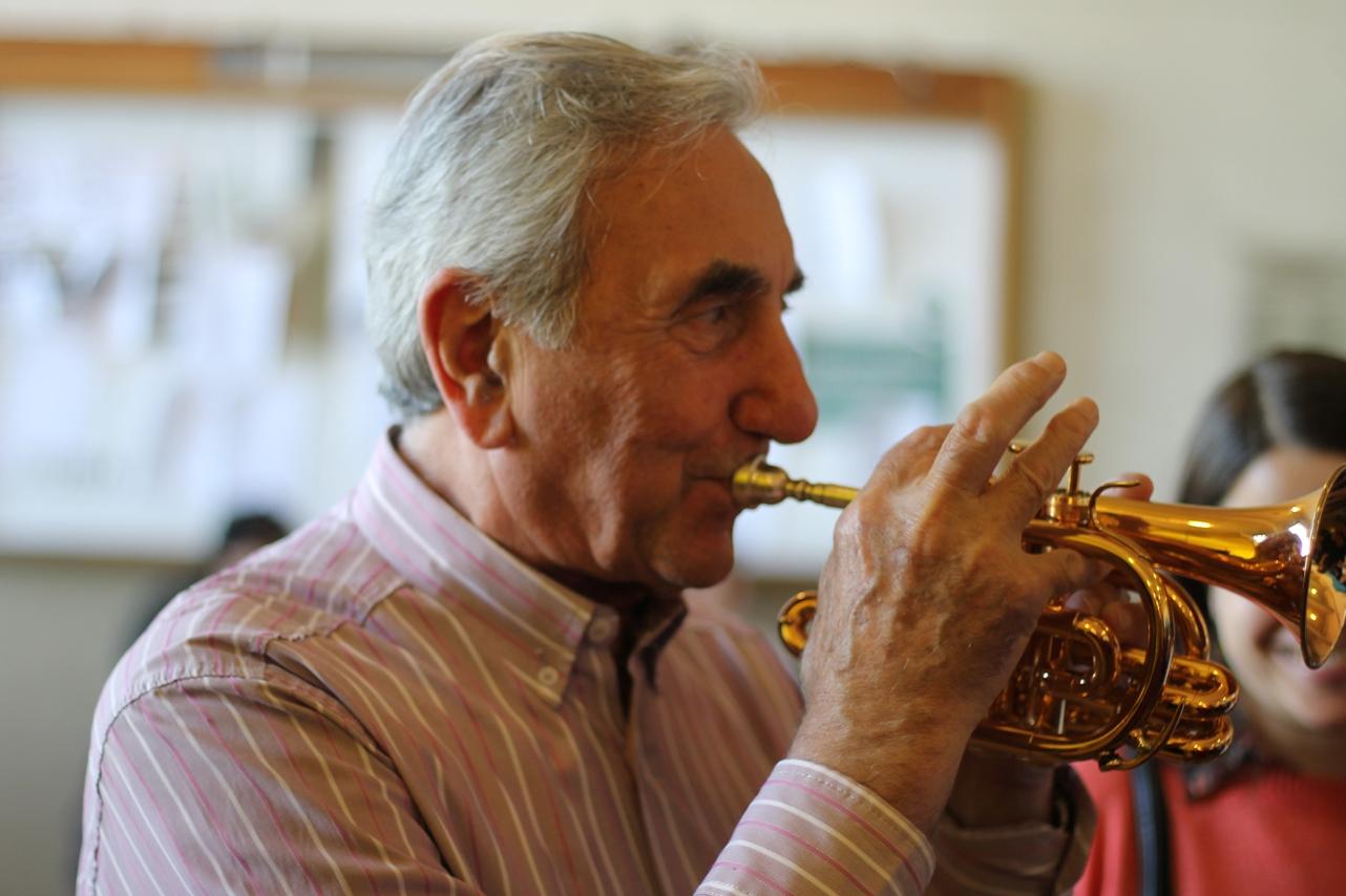 Probando la trompeta