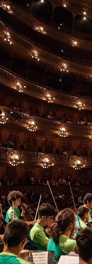 Teatro Colon Andrea dirigiendo 1 - copia