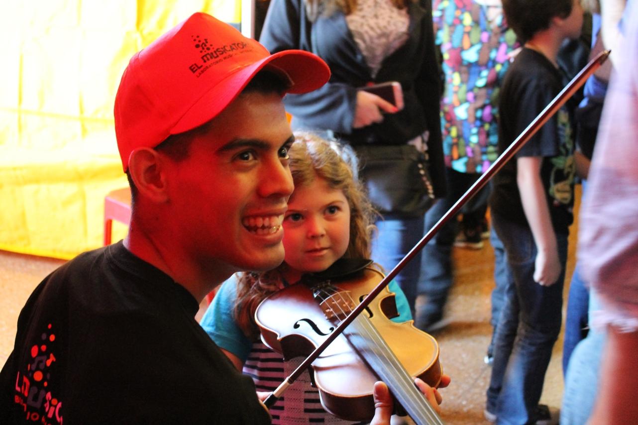 Probando el violin