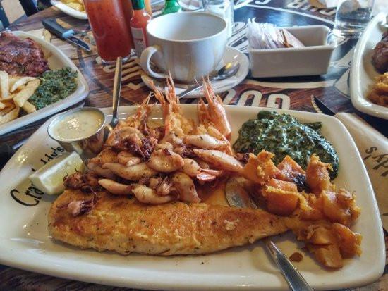 Рыба Хек, кальмары, креветки и шпинат в сливочном соусе на гарнир