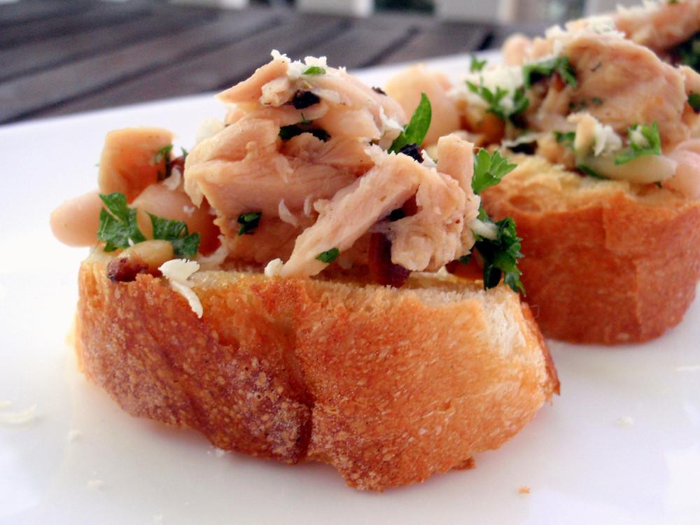 Простой и вкусный рецепт брускетты с тунцом и грецким орехом