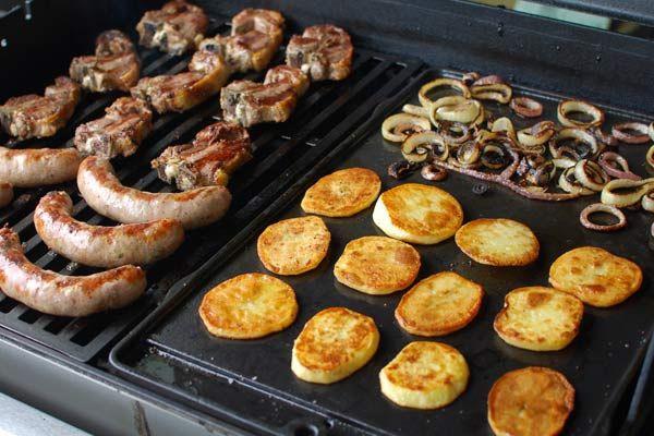 Австралийское традиционное барбекю - сосиски, говядина, баранина, картофель и овощи.